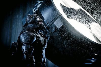 Batman, vestido con armadura, enciende la batseñal y mira al cielo a la espera de Superman. Warner, 2016.
