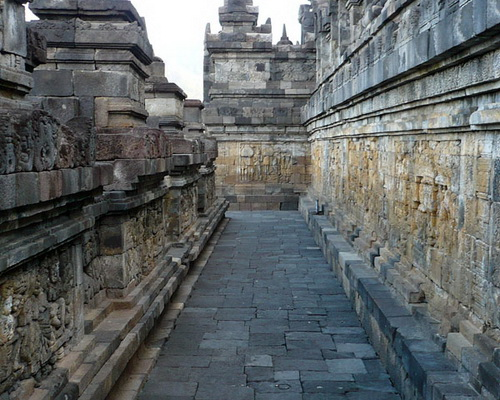 Tinuku Travel Borobudur Temple, the largest Buddhist architecture to glorify Buddha with 2672 relief and 504 statues