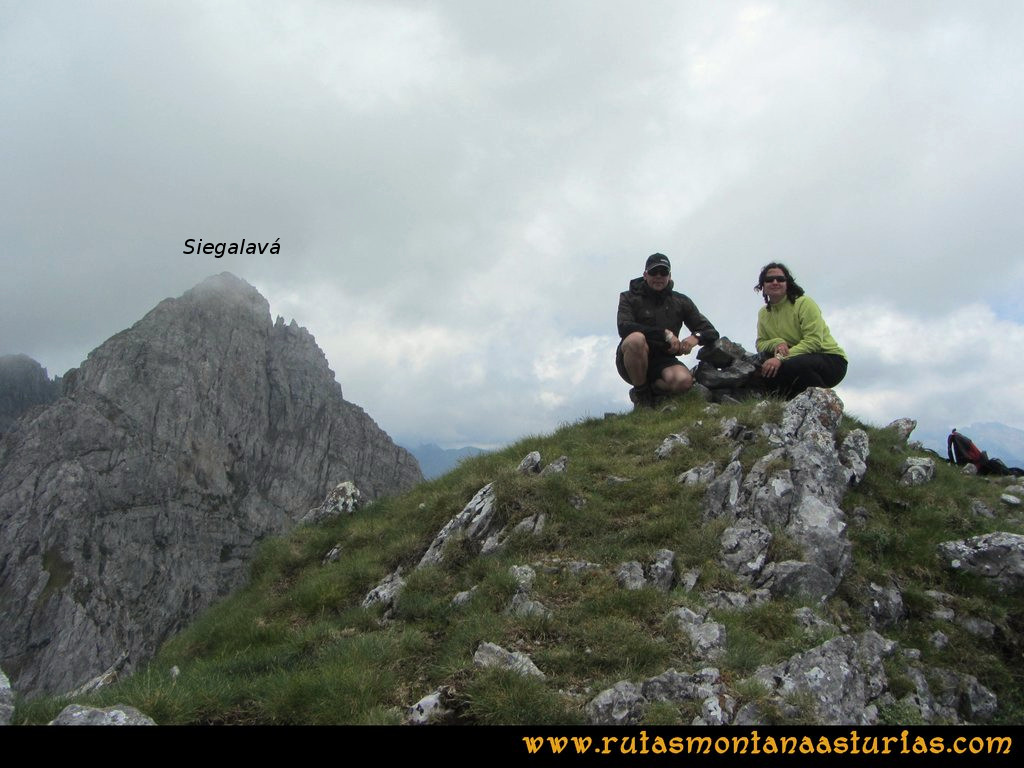 Ruta Tuiza Fariñentu Peña Chana: Cima de Peña Chana con Siegalavá detrás