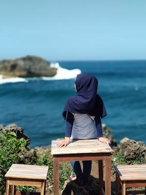 Sebuah set tempat duduk dan meja yang ada di sebuah tanjung di Pantai Teluk Putri