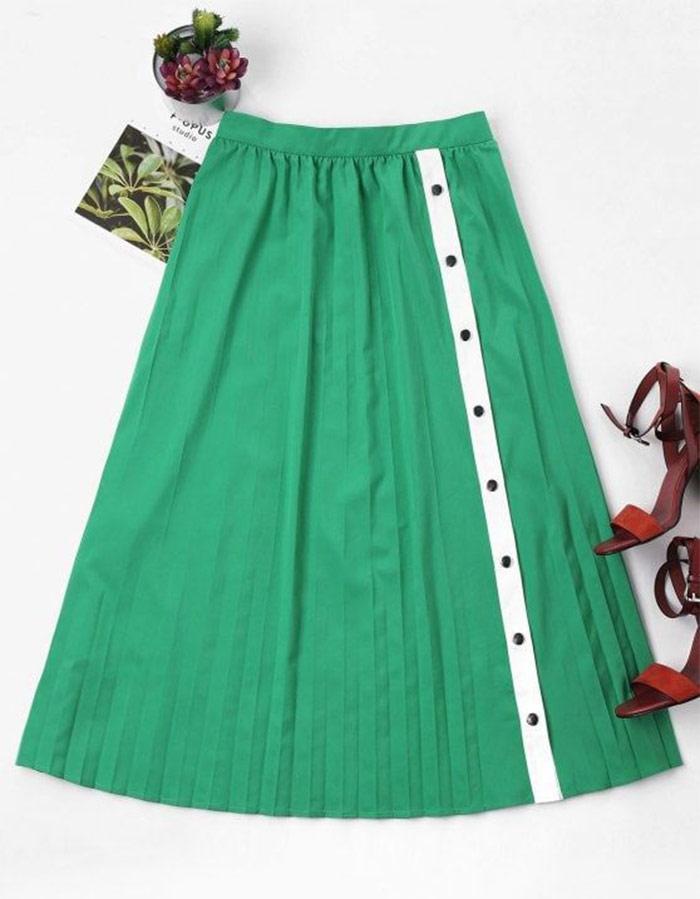 Inspiração com saias plissadas. Na foto, saia midi plissada com botões em um tom de verde lindo!