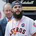 MLB: Dallas Kuechel lleva una bota ortopédica tras un esguince en el pie izquierdo