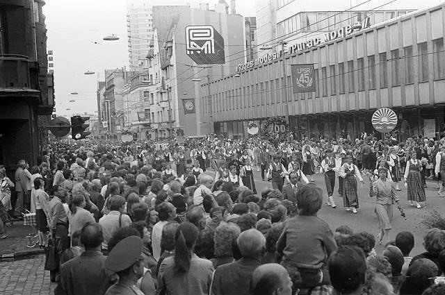 1985 год. Рига. Шествие фольклорных коллективов по улице Ленина (ныне улица Бривибас) (photo by vatsons_photo)