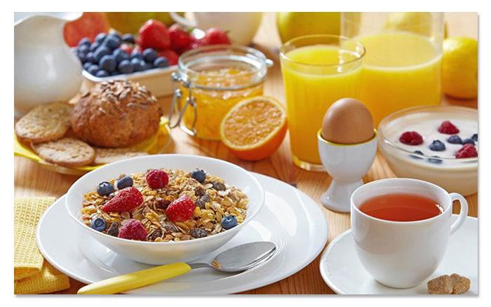 que debe incluir un desayuno completo