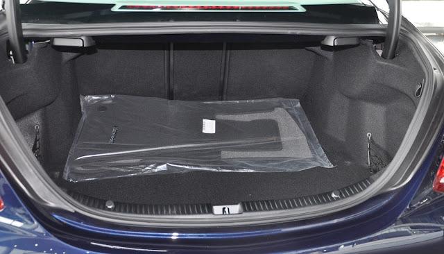 Cốp sau Mercedes C250 Exclusive 2017 thiết kế rộng rãi, thoải mái, với hàng ghế sau có thể gập xuống