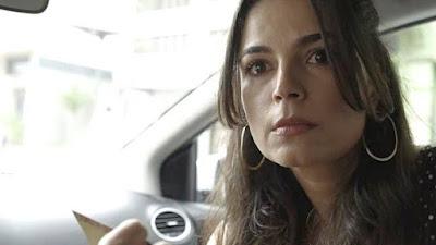 Zuleika (Emanuelle Araújo) ajuda Jamil em Órfãos da Terra — Foto: TV GLOBO