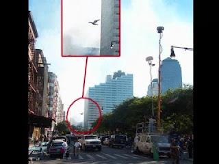 Photo prise le 11 septembre 2001 sur Greenwich Street, représentant peut-être le Mothman