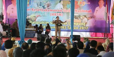 Gubernur Ridho Ficardo Beri Bantuan Tali Asih Kepada Pekerja Sosial