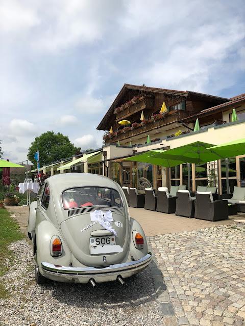 Hochzeitsauto VW Käfer Nostalgie, Uschis Hochzeitsblog, Hochzeitslocation, Location-Tipp, Parkhotel am Soier See, Ammergauer Alpen, heiraten am See, Bayern, Hochzeitsplanerin Uschi Glas, Bad Bayersoien, Standesamt