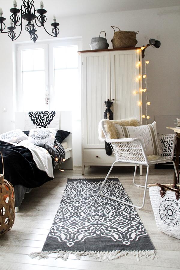 Schlafzimmerdeko im New Boho Look mit schwarz-weißen Ethnoelementen und Holz Accessoires, Bohoschädel, afrikanische Maske und Bambus-Laterne, DIY Ibiza Korbtasche mit Mandala bemalt