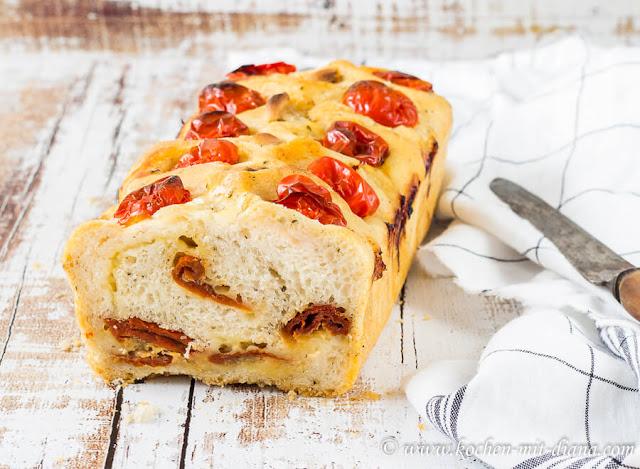 No-Knead Brot mit Käse, Tomaten und Knoblauch