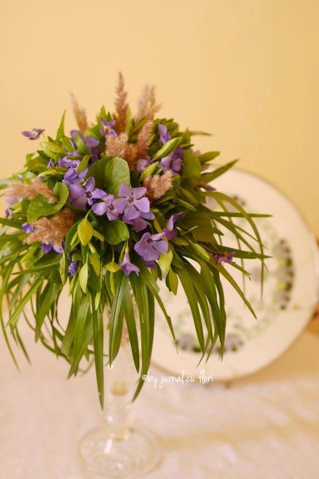 vinca major periwinkle violets bouquet in a tall arrangement wedding aranjament de primavara sachiu toporasi lila masa prezidiu nunta botez rustic vintage