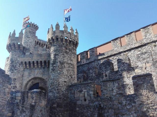 EUROPA: Castillo de Ponferrada Patrimonio de Castilla y León por Kaiser Solano Alpargata Viajera.