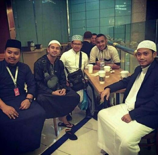Di Makkah, Raffi Ahmad Secara Tak Sengaja Ketemu Dengan Mantan Suami Ayu Tingting