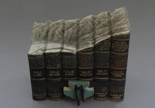 Arte con libros tallados a mano muy interesantes.
