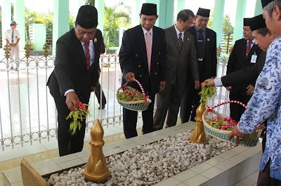 Gubernur Kalsel, H Sahbirin Noor Menabur Bunga Di Atas Makam Pangeran Antasari