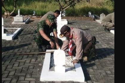 TNI Bersama Masyarakat Bersihkan TMP Randuagung Gresik