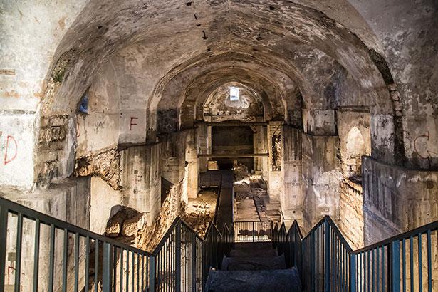 האולם שנחפר מתחת לקישלה