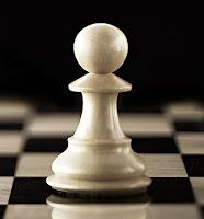 Bir satranç tahtası üzerindeki beyaz bir piyon