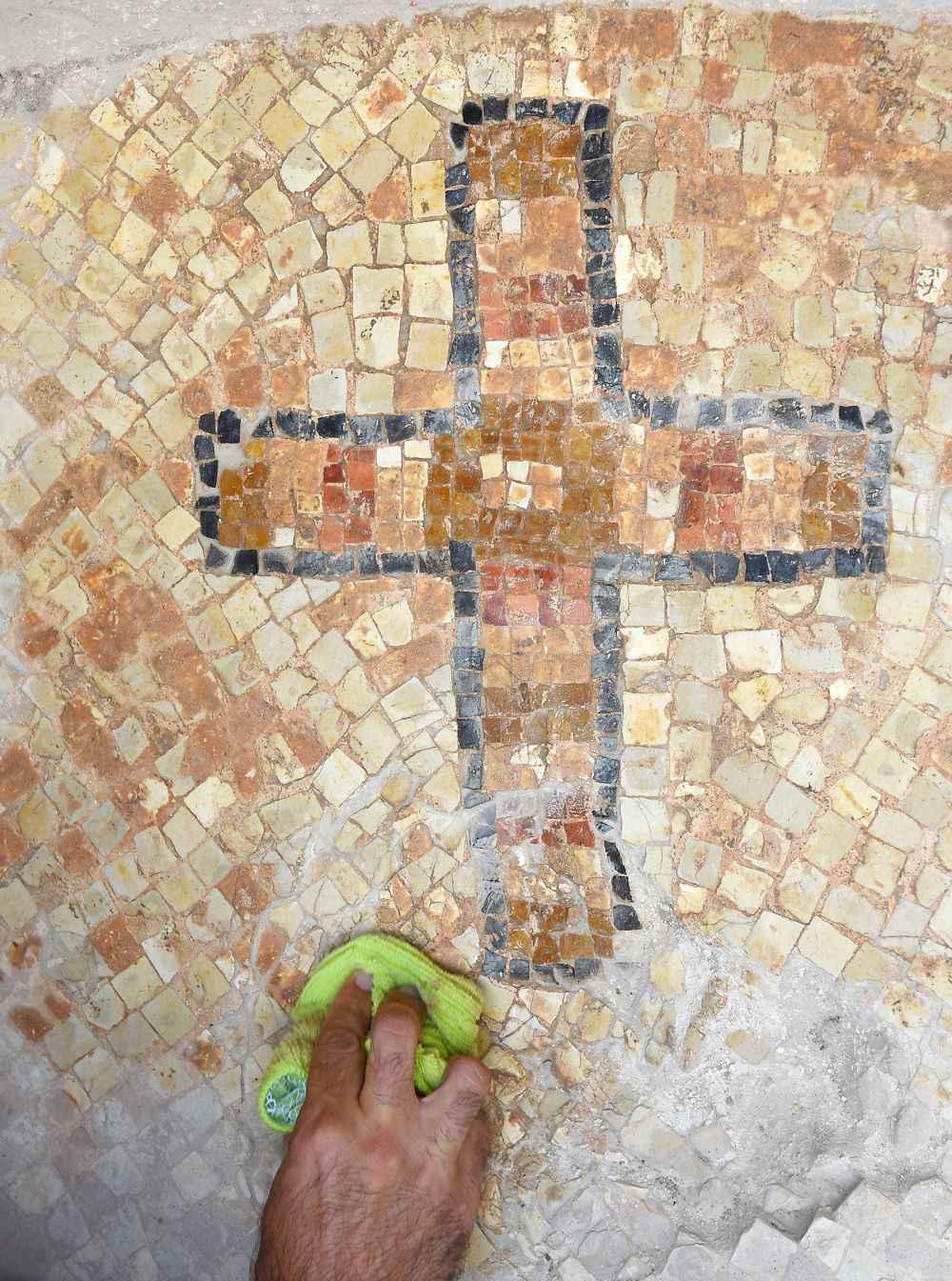 Cruz no mosaico do chão aponta que o monumento  foi local de culto cristão nos primeiros séculos depois de Cristo