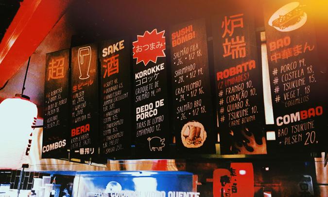 tábuas suspensas com cardápio do estabelecimento - Cho Street Food