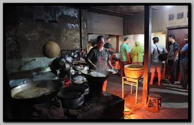 Kuliner Malam Jogja memang seperti tidak ada tandingannya, hampir setiap sudut kota Jogja ada macam-macam bentuk dan rasa kuliner yang berbeda-beda pula. Seperti Gudeg yang terkenal hingga mancanegara, Rames, bahkan oseng-oseng merconnya Bu Narti, sudah pasti kalian pernah mendengar atau icipin rasanya.