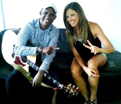 Foto de Jandy Feliz posando con una cantante