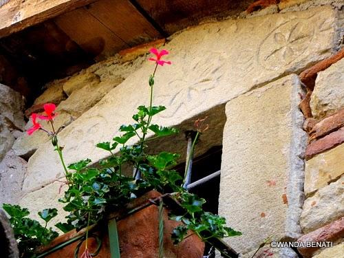 Simboli dei Maestri Comacini incisi sull'architrave di una finestra, a La Scola