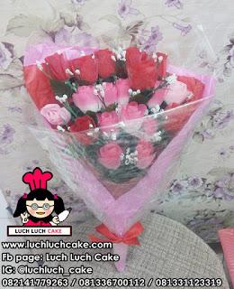 Kue Tart Bentuk Love Denagn Paket Bunga