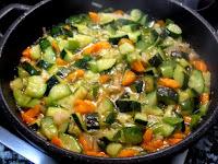 Sofriendo las verduras picadas en la cazuela