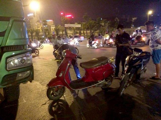 Va chạm với xe tải chạy cùng chiều khiến người phụ nữ đi xe máy bị cuốn vào gầm tử vong tại chỗ