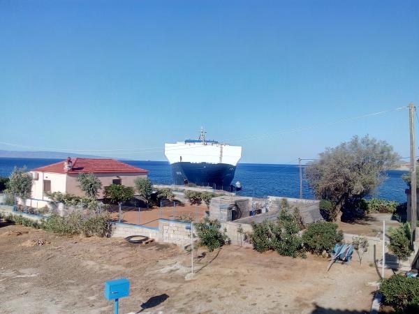 Απίστευτο: Τουρκικό φορτηγό πλοίο προσάραξε... στις αυλές σπιτιών στη Λακωνία