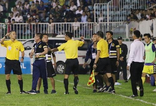 Hà Nội FC nhận 5 án phạt từ Ban kỷ luật VFF về sự cố trên sân Pleiku
