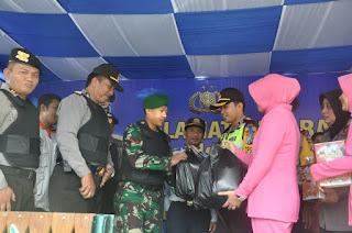 Anggota Jaga Pos Ramadniya Dapat Bingkisan Dari Pejabat Dan Bhayangkari Polres Bojonegoro