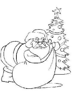 Santa con los regalos y un arbol