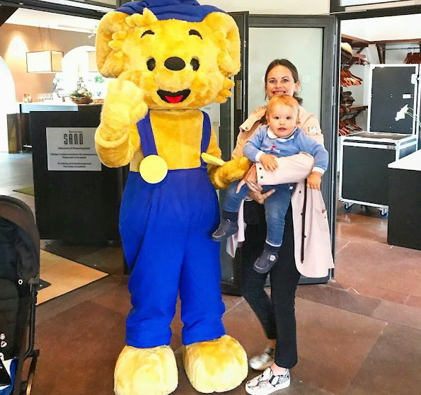 Princess Sofia and Prince Alexander of Sweden visited the Restaurang Sand. Bamse the Bear