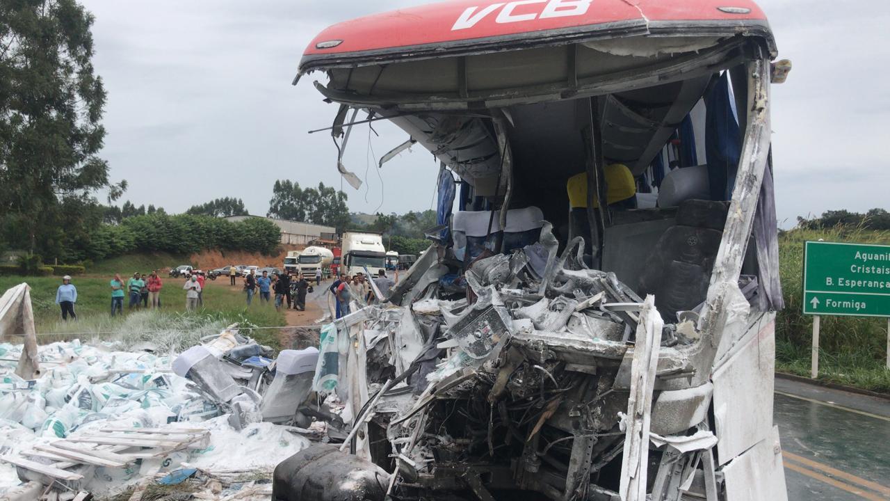 Batida entre ônibus que seguia para São Paulo e caminhão deixa três mortos e quatro feridos em Minas Gerais