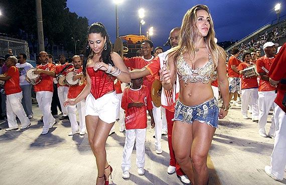 Joana Machado na Sapucaí no Carnaval mostrando o Corpo Sarado e Bonito de Short Jeans com Lindas Pernas torneadas e um Top