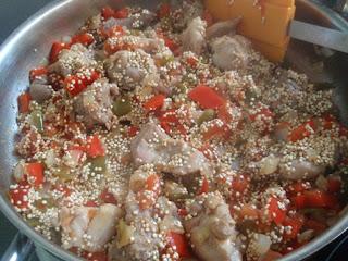 Preparación de quinoa con pimientos y conejo
