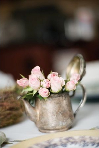 Bunga mawar pink dalam teko vintage.