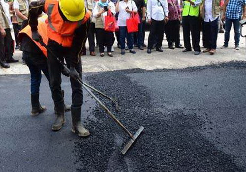 Tinuku.com Indonesia uses plastic and rubber tires waste for road asphalt