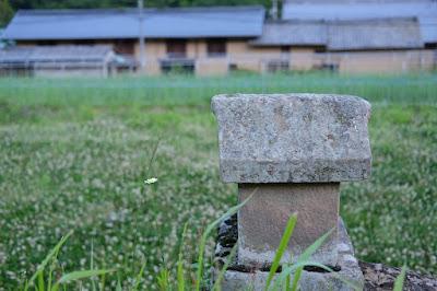 ひとつ石のすぐ裏にある石祠