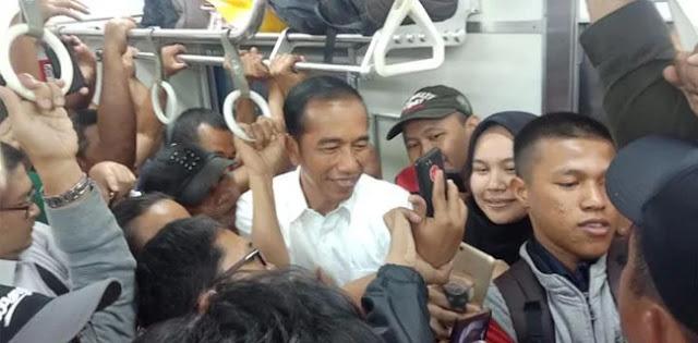 Pencitraan Jokowi Naik KRL Dinilai Ampuh, Pengamat: Buang Bungkusnya Pilih Aslinya