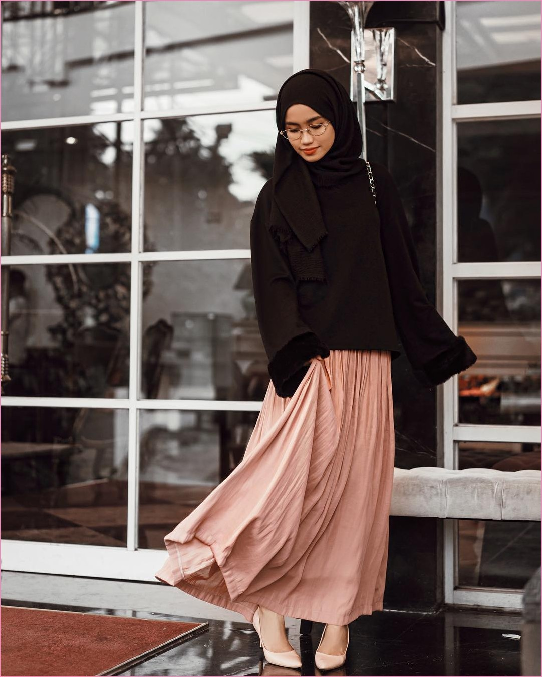 Outfit Rok Untuk Hijabers Ala Selebgram 2018 wedges high heels krem muda hijab pashmina rawis top blouse hitam kacamata bulat putih slingbags channel broomstick skirt krem ootd trendy