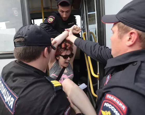 Foto: Polisi Rusia Menangkap 30 Aktivis Lesbian, Gay, Biseksual, dan Transgender
