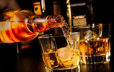 http://cdn6.themanual.com/wp-content/uploads/2014/12/homemade-cinnamon-whiskey.jpg
