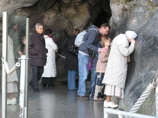 Lourdes: na saída da Gruta