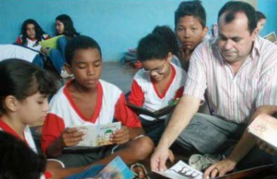 17474801 1492476977430003 1118113615 n e1490220083401 560x362 - Há 20 anos professor leva literatura nordestina a crianças de escola pública