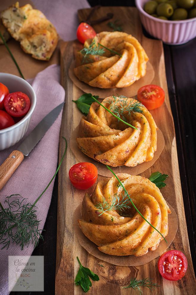 Mini Bundt Cakes con jamón serrano, queso, cebolla y finas hierbas