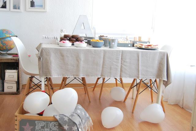 mesa de cumple en gris y blanco
